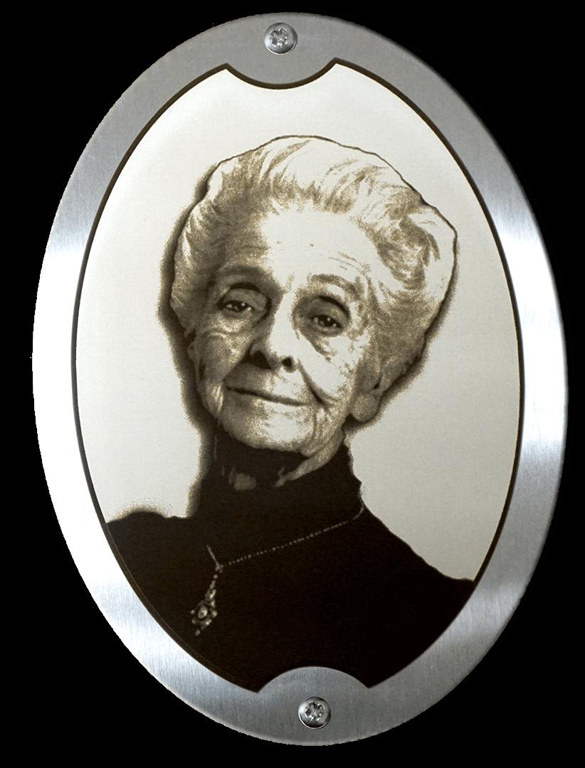 Фото на металлическом медальоне